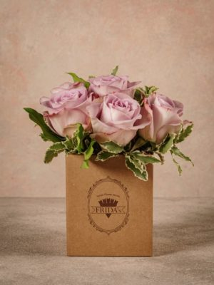 Box Rose Lilla, rose lilla in una piccola box di cartone riciclato con marchio Frida's.
