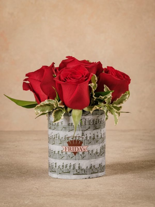 Sushi Rose Rosse, best seller Frida's. Bouquet di rose rosse avvolto da carta decorativa con note musicali.