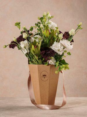 The Winter Flower Basket, bouquet di fiori in cono di cartone riciclato